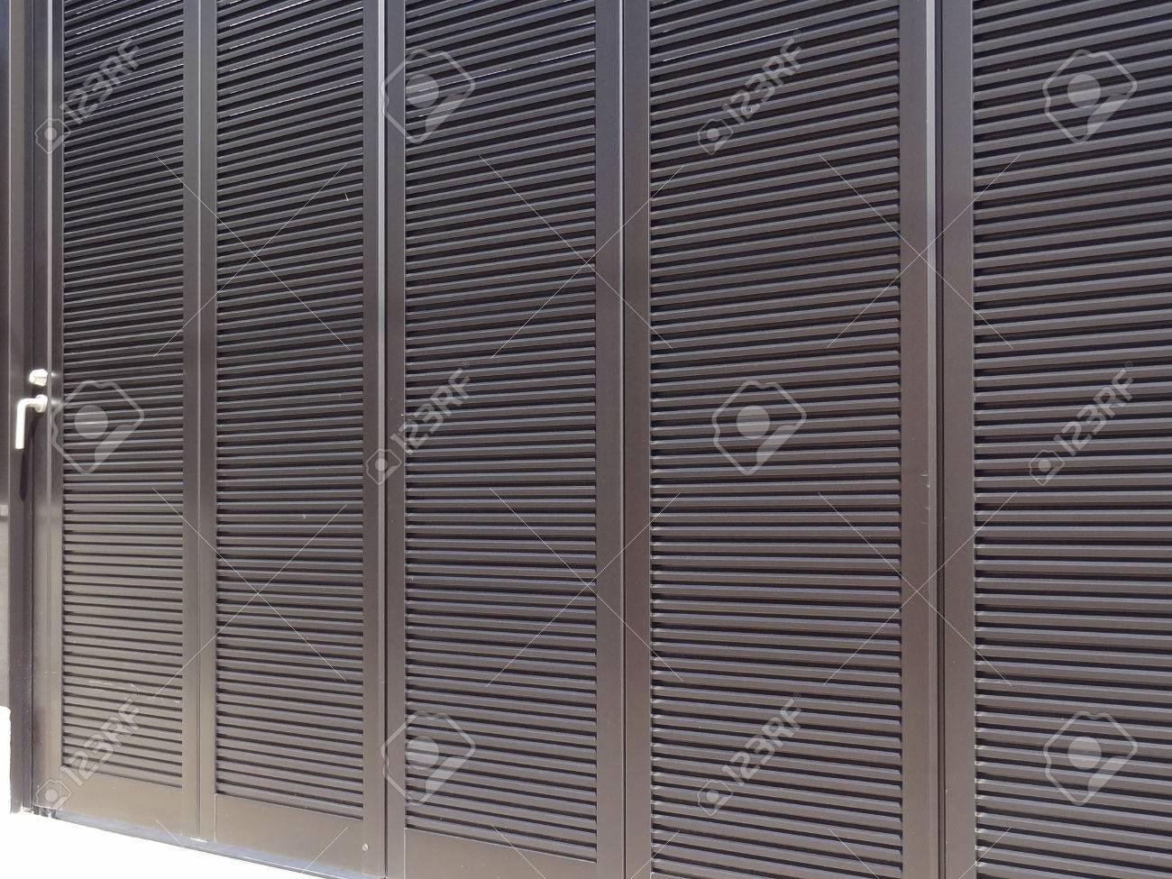 Schiebetür Der Garage Von Aluminium Lizenzfreie Fotos, Bilder Und ...
