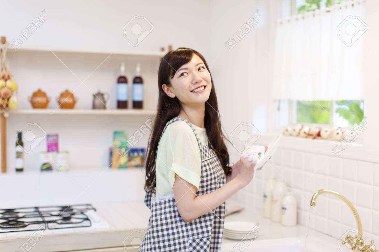 Woman washing dishes - 50414812