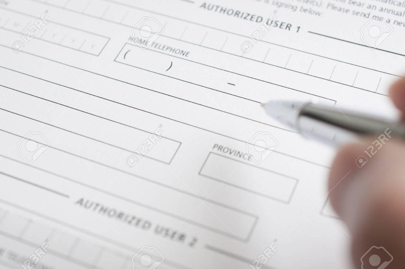 Frau Bereitet In Der Kreditantragsformular Ausfüllen Lizenzfreie ...