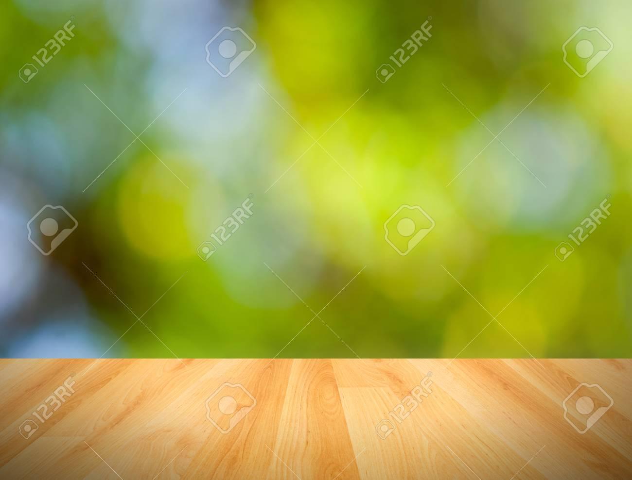 Immagini Stock Pavimento In Legno E Bokeh Sfondo Verde Natura