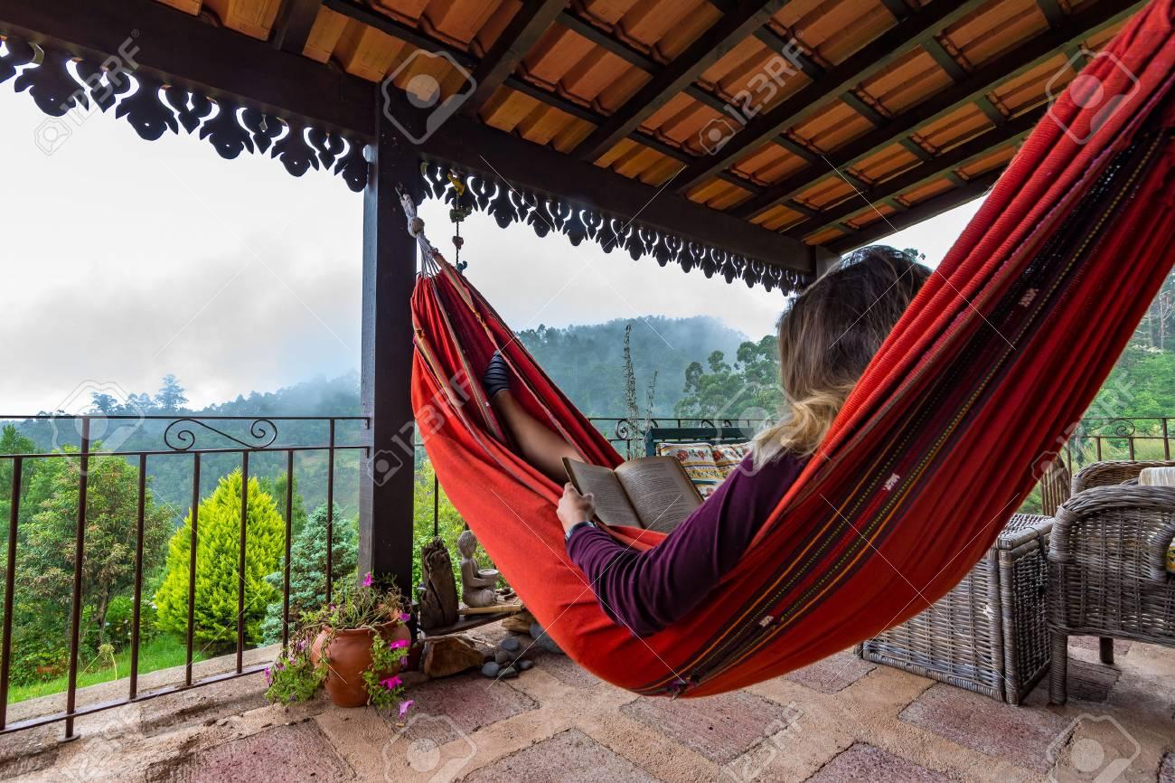 Touriste Se Détendre Sur La Terrasse Dans Un Hamac En Bois En