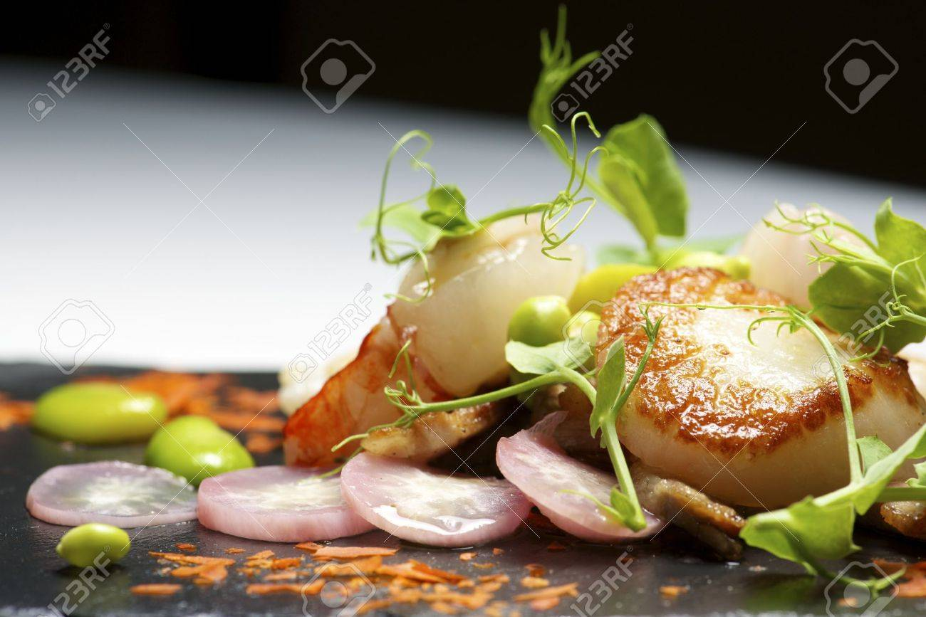 Piglet sauteed with scallops and prawns. - 41094520