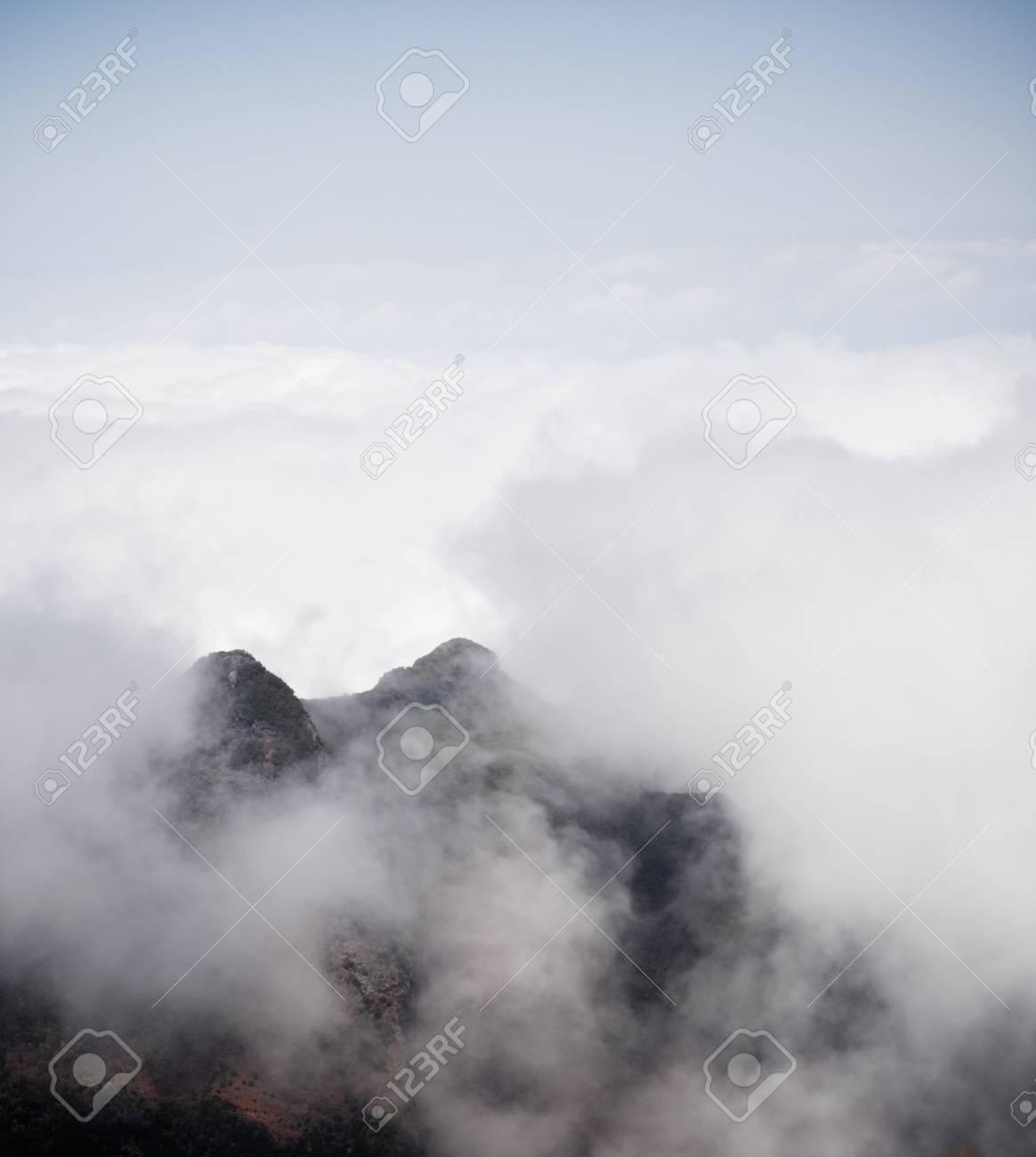 LONE WOLF - Loup Solitaire D20 56885038-collines-et-brouillard-sur-l-%C3%AEle-de-mad%C3%A8re-portugal-