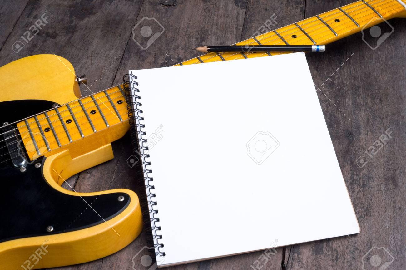 Telecaster Electrique De La Guitare Avec Le Bloc Notes Sur Le Bureau