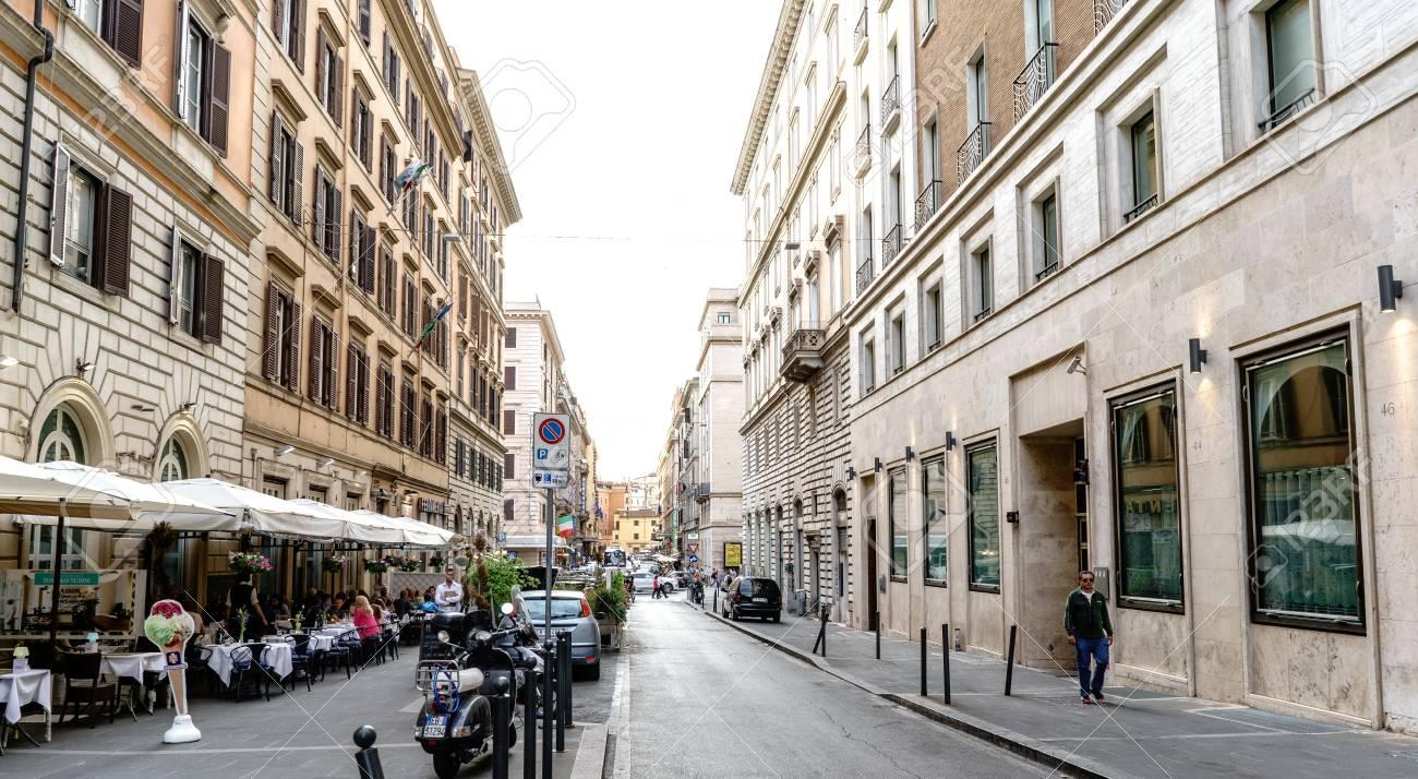 Roma Lazio Italia 20 Luglio 2017 Terrazza Bar Con Gente Che Beve E Gente Che Cammina In Una Strada Di Nome Daniele Manin
