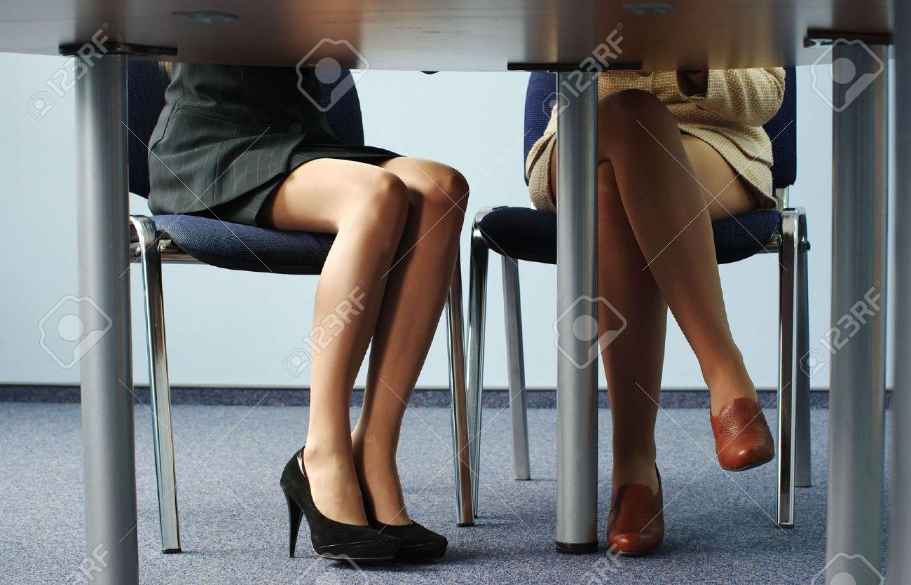 Фото на работе под столом, Девушка в чулках мастурбирует на работе под столом 15 фотография