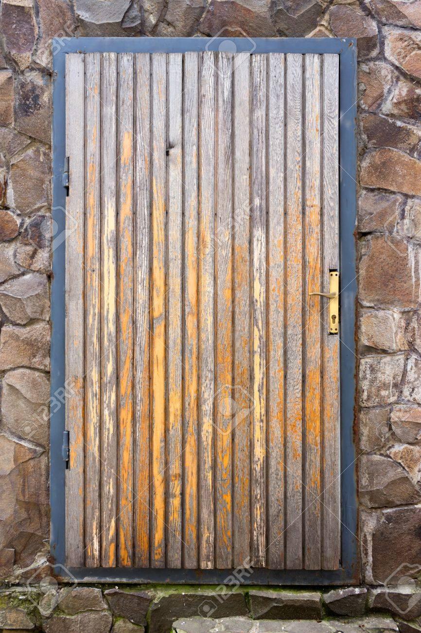 Antigua Puerta De Madera En Un Marco Metálico En Una Caja De Piedra ...