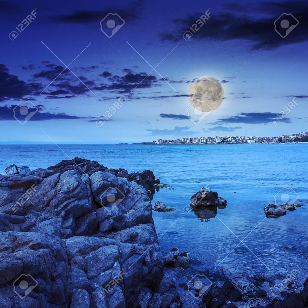Luce Di Notte.Mare Costa Con Massi Nei Pressi Della Citta Liitle Di Notte In Luce Di Luna