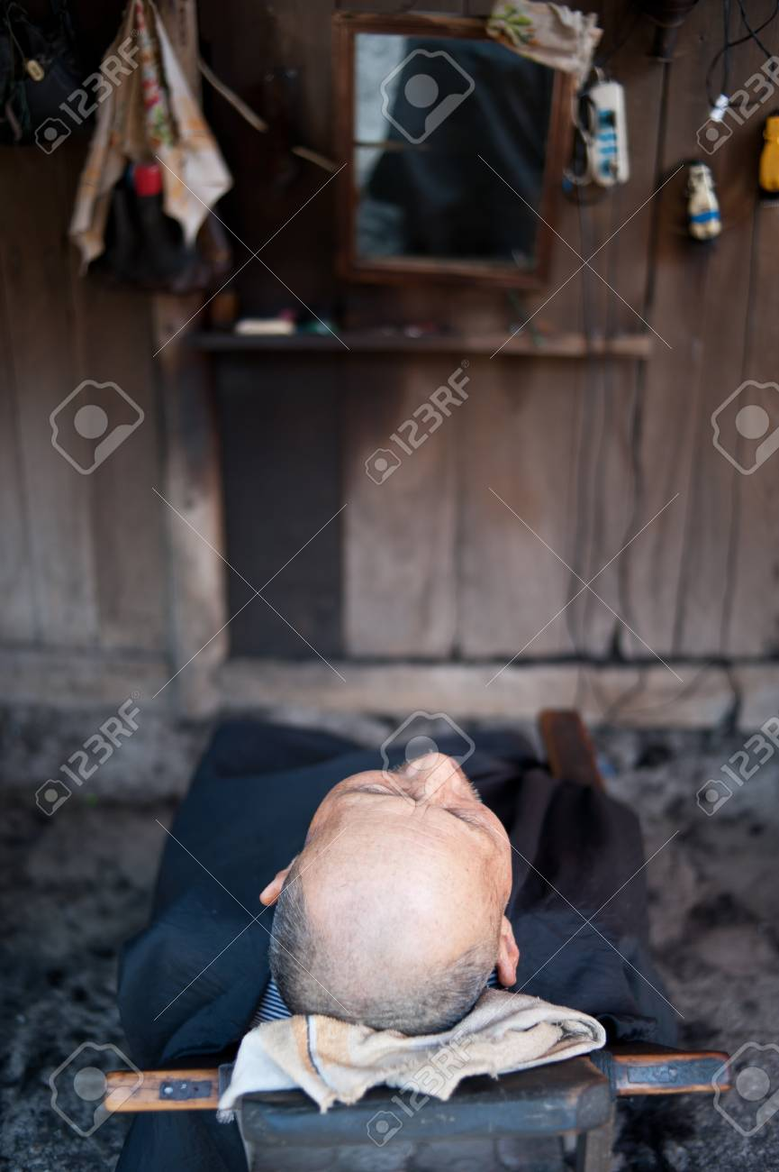 CHENGDU,CHINA-APRIL 24,2011: The nameless old man is in hairdressing,in shuangliu,chengdu,china, April 24, 2011, Stock Photo - 12768487