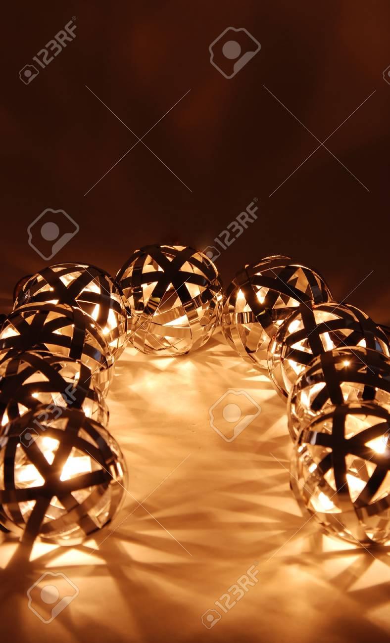 las tiras Lámparas luz curva la la una suave de de a creación bola forman que de formas geométricas metal Y76ygbf
