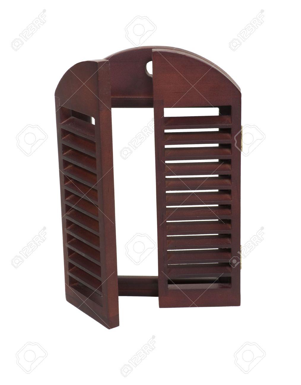 persianas de madera que pueden ser cerrados para proteger las ventanas en la parte exterior de