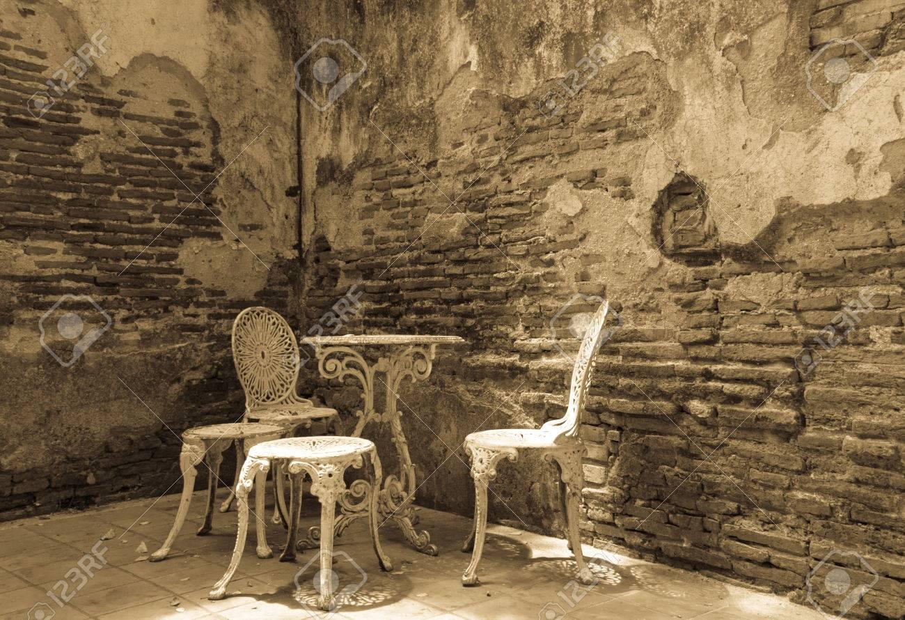 Muebles De Jardín Establece Con El Viejo Muro De Ladrillo Negro Y La ...