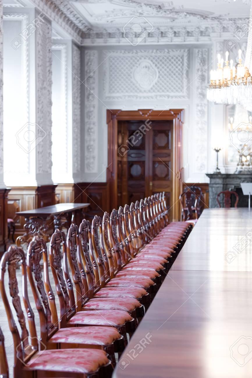 Grande salle à manger avec de luxueuses chaises en bois et du parquet