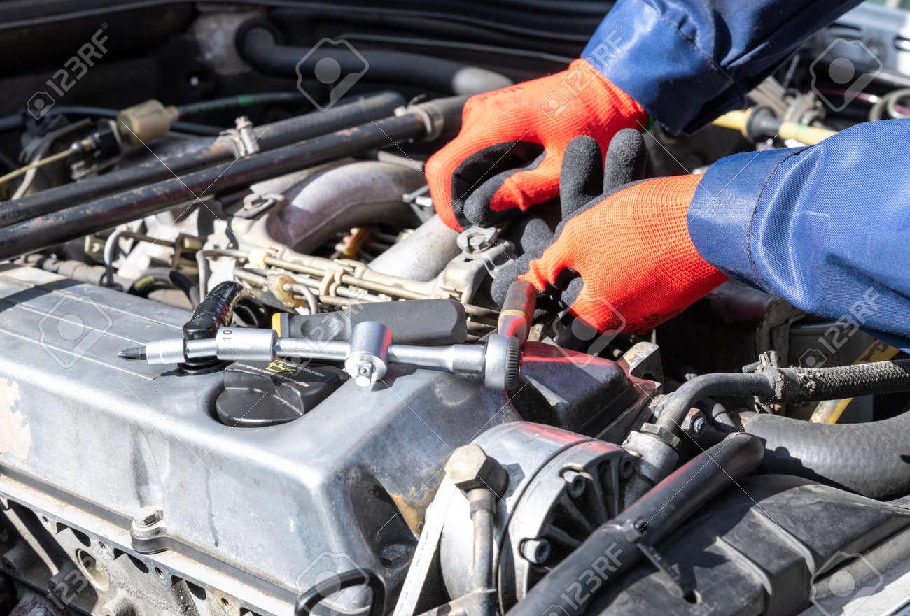 Repair, engine, screw on, workshop red gloves, screwdriver and tensioner. - 167294510