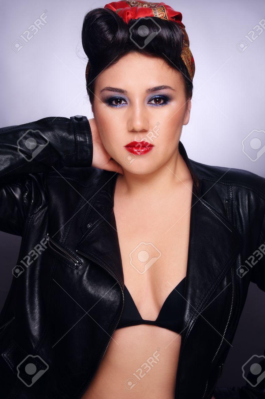 Hermosa Chica Asiatica Sexy Con Peinado Estilo De Rockabilly Y