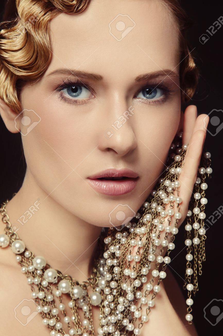 Retrato De La Joven Y Bella Mujer Con El Peinado Retro Y Un Collar