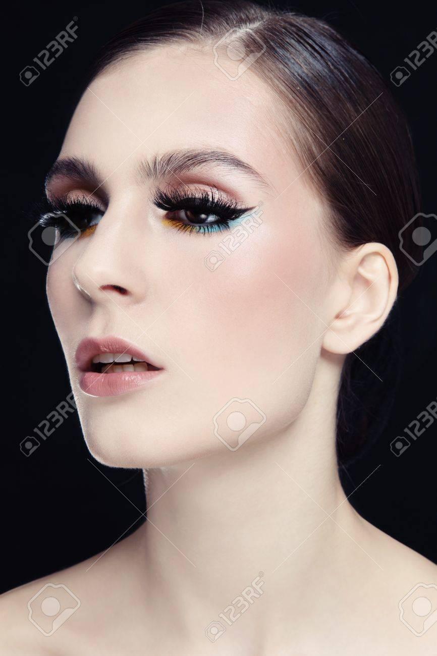 Banque d\u0027images , Portrait de la belle jeune femme avec des yeux de chat  maquillage et faux cils fantaisie
