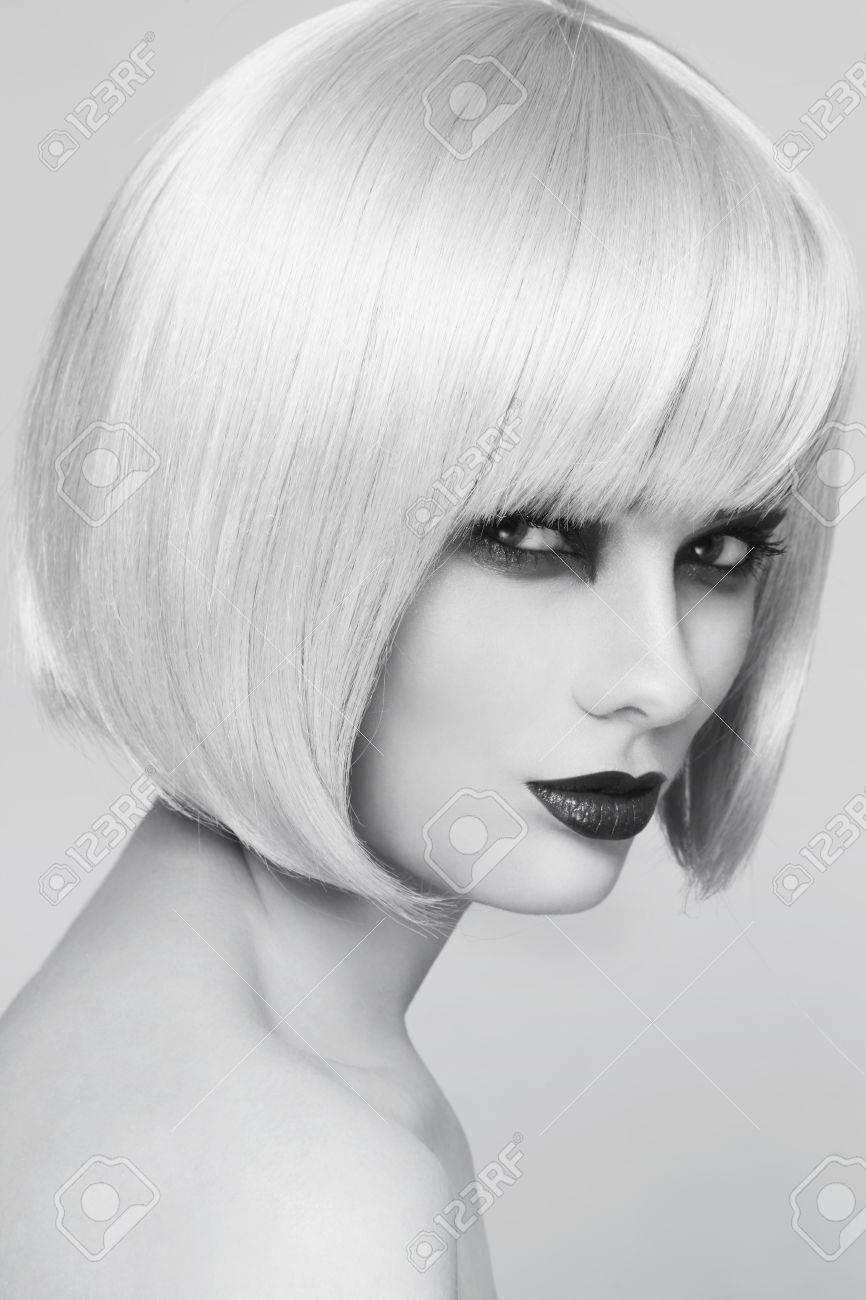 Banque dimages , Portrait noir et blanc de belle jeune femme avec élégant bob coupe de cheveux