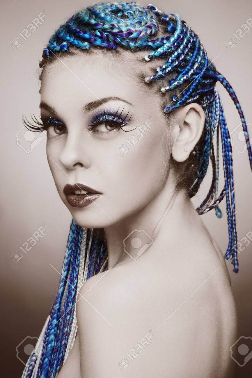 Banque dimages , Sepia portrait coloré de la belle jeune fille avec des tresses bleues et dénormes faux cils fantaisie