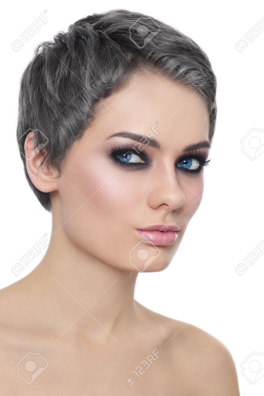 Cheveux gris sur femme jeune