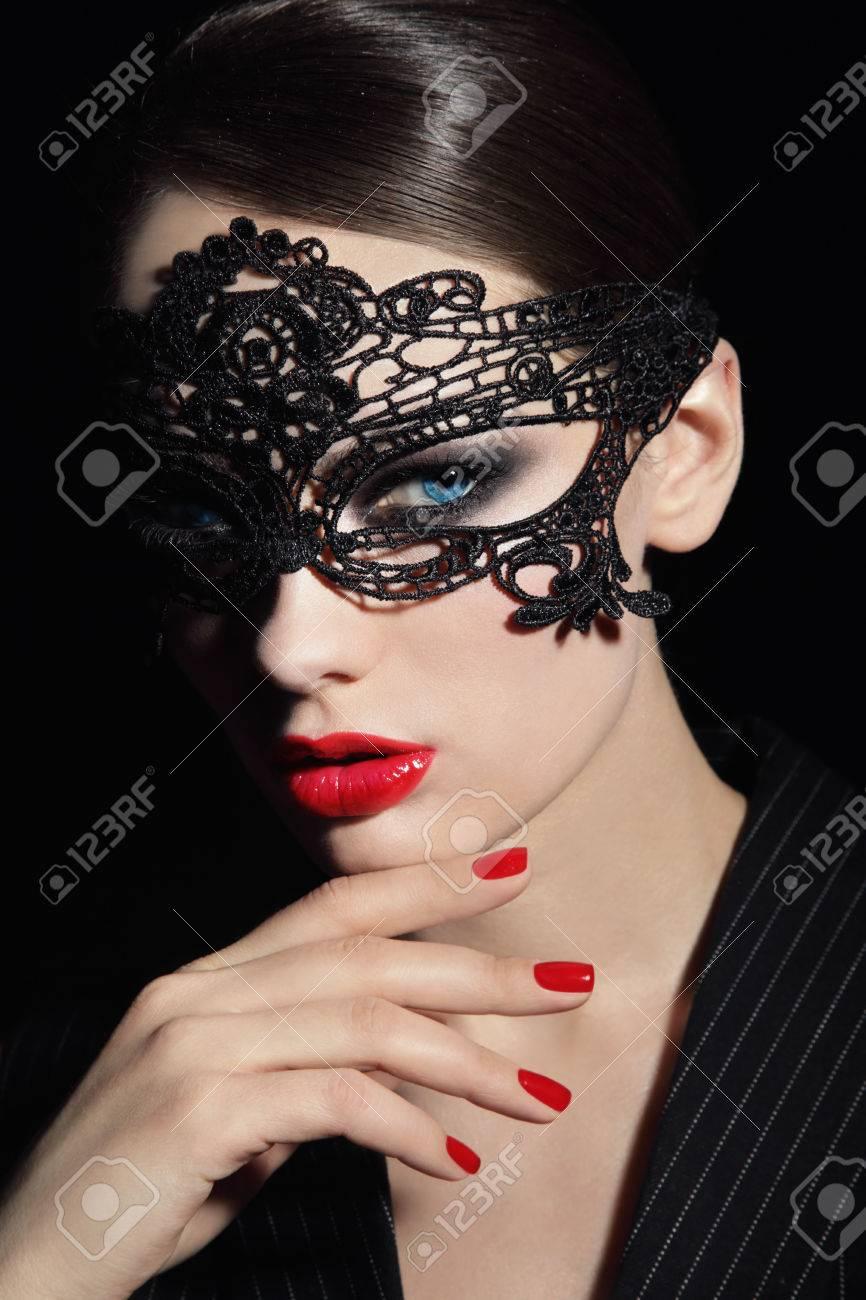 qualité de la marque bon service inégale en performance Portrait de la belle jeune femme élégante en noir masque de dentelle