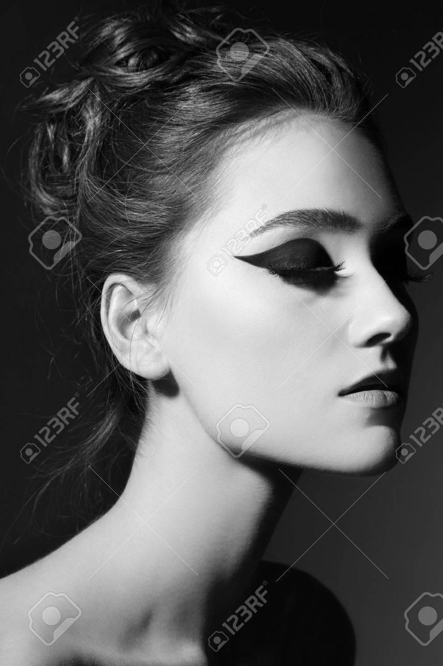 Banque d\u0027images , Portrait en noir et blanc de la belle jeune fille avec  chat élégant maquillage des yeux