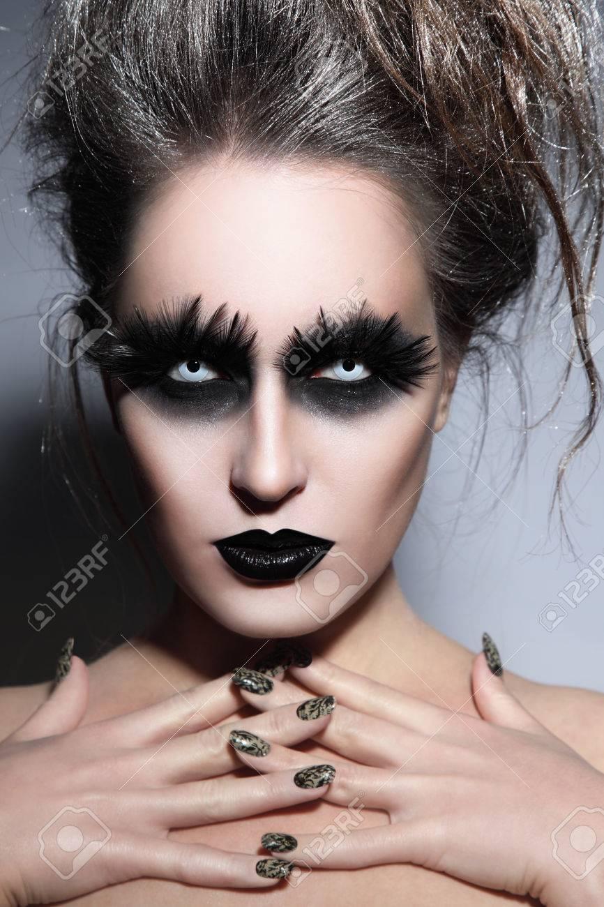 Frau Mit Stilvoller Phantasie Gothic Halloween Make Up Und Manikure