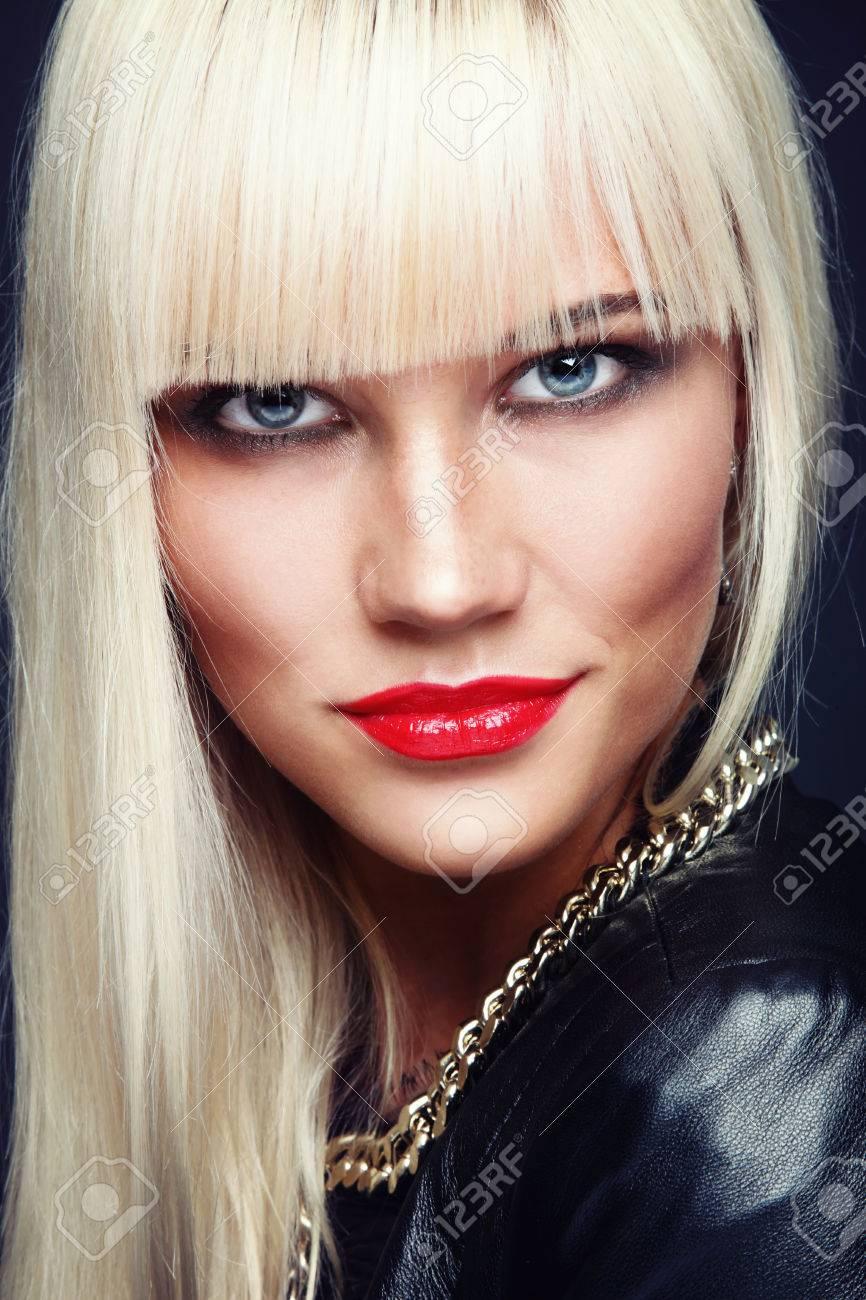 portrait de la belle jeune femme blonde platine élégant avec du