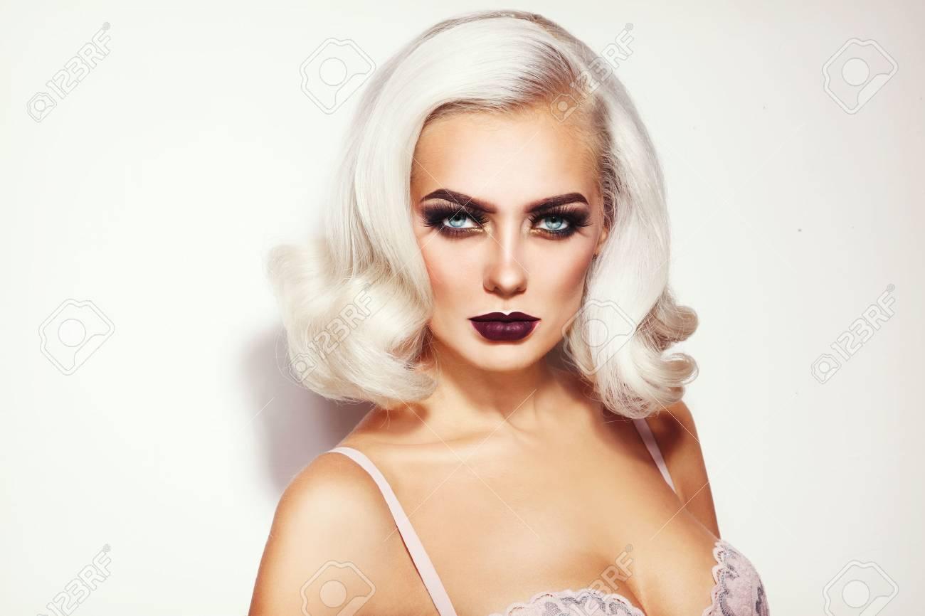 portrait de la belle jeune femme blonde platine glamour avec élégant