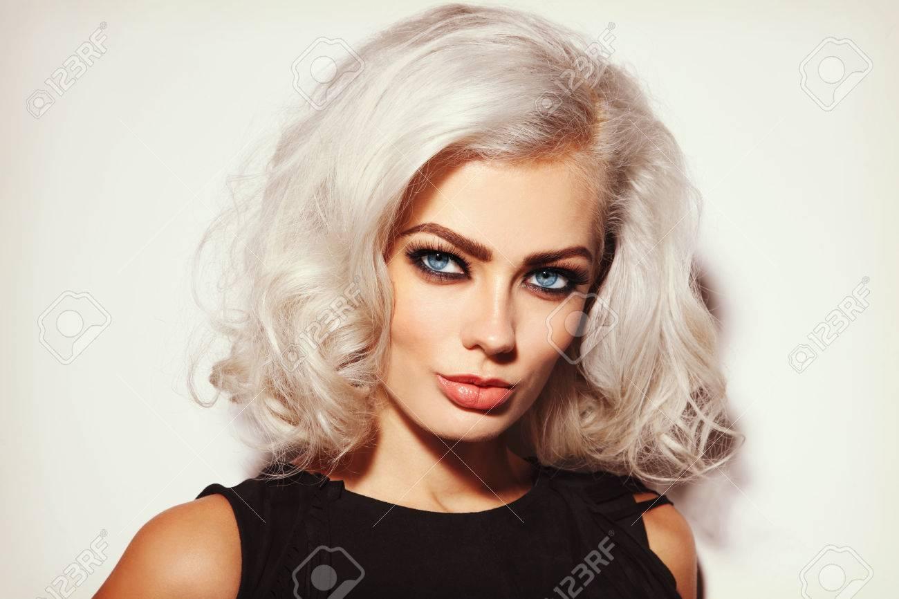 portrait vintage de style de la belle jeune femme blond platine avec