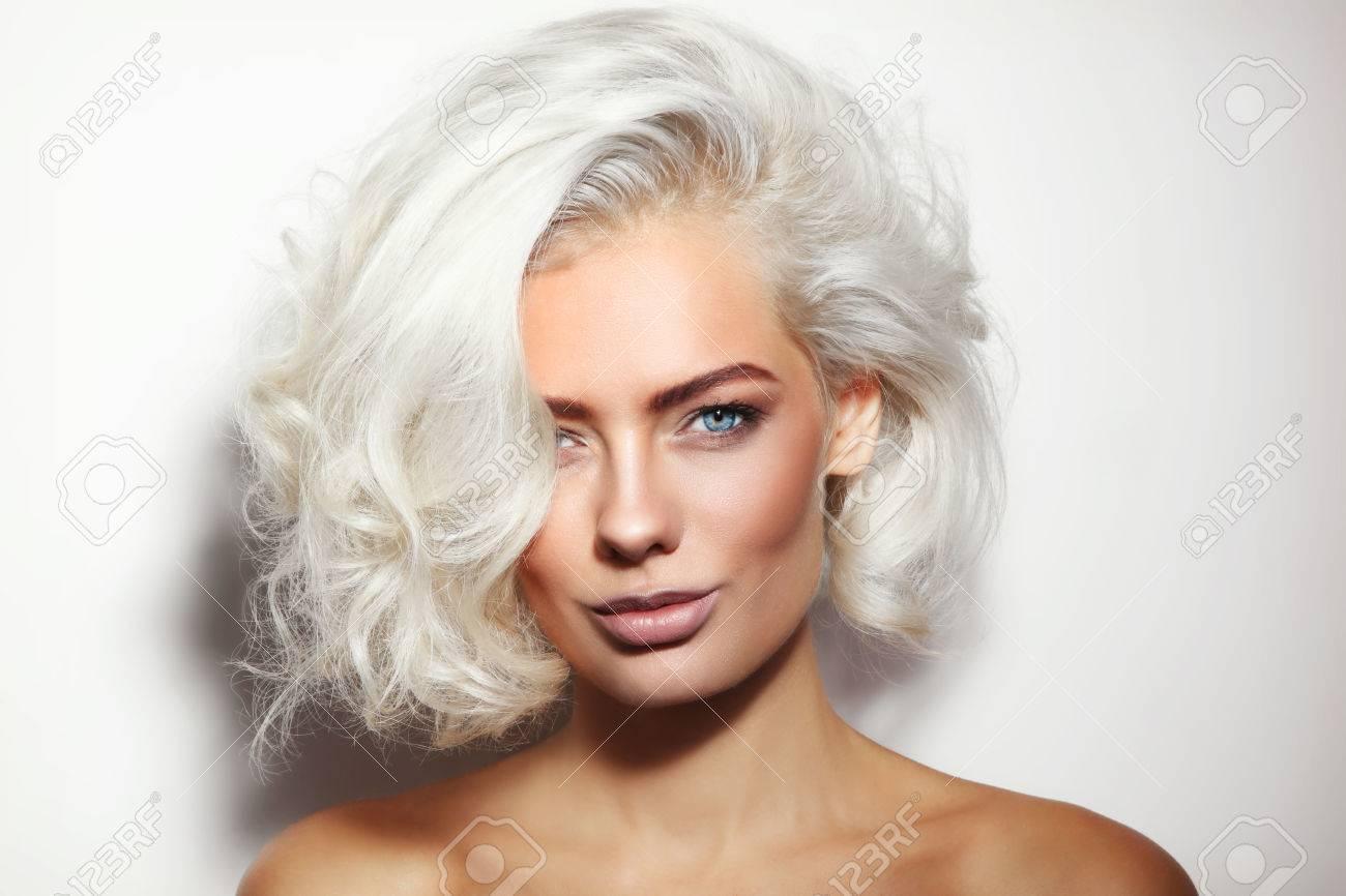 portrait d'une jeune belle femme blonde platine bronzée avec un