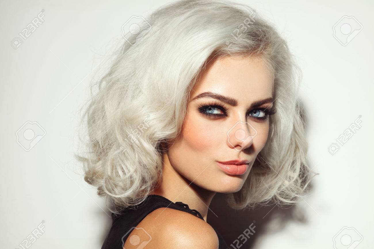 portrait de style vintage de jeune belle femme blond platine aux