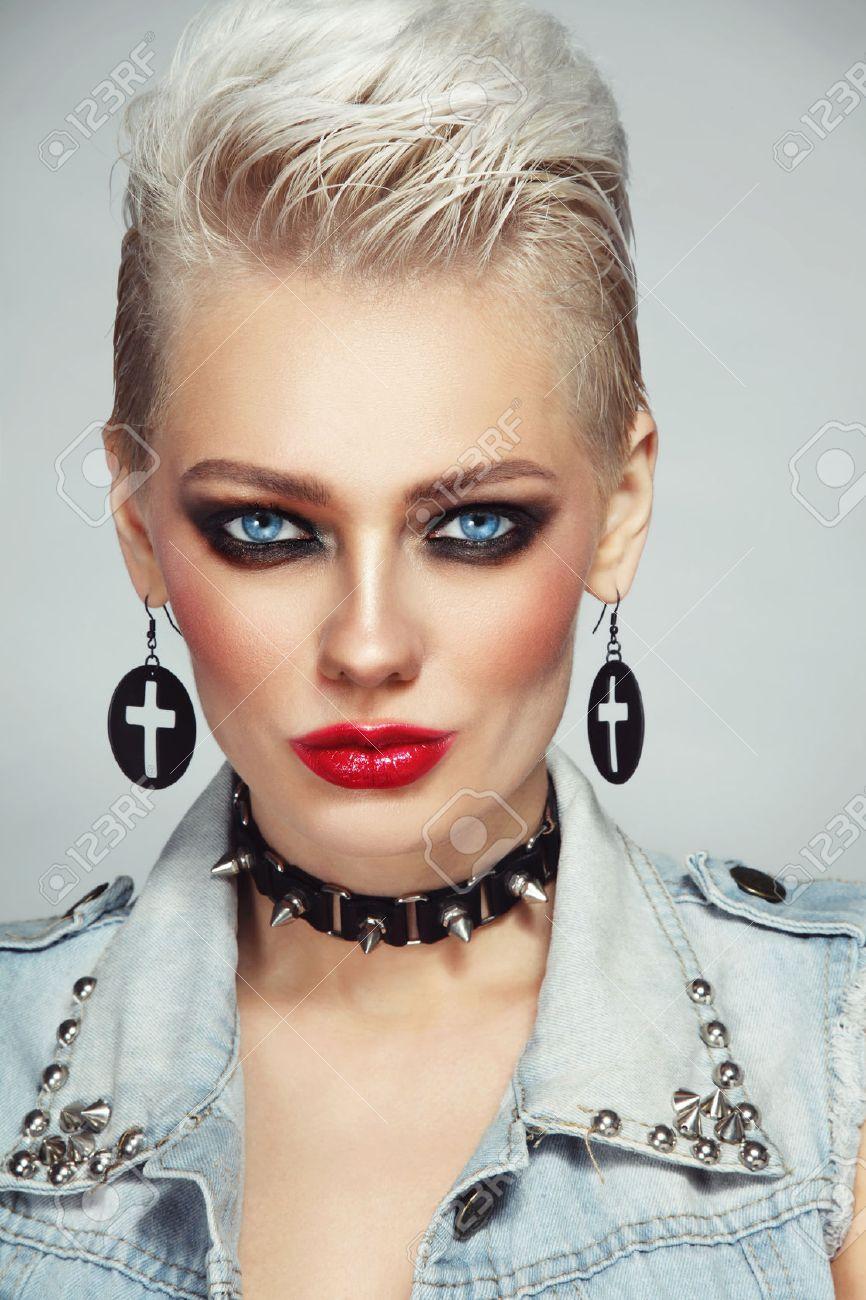 Joven Hermosa Mujer Rubia Platino Con Maquillaje De Estilo Años 80