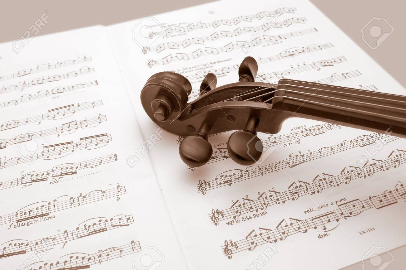 Vintage violin restin over a sheet music Stock Photo - 4676480