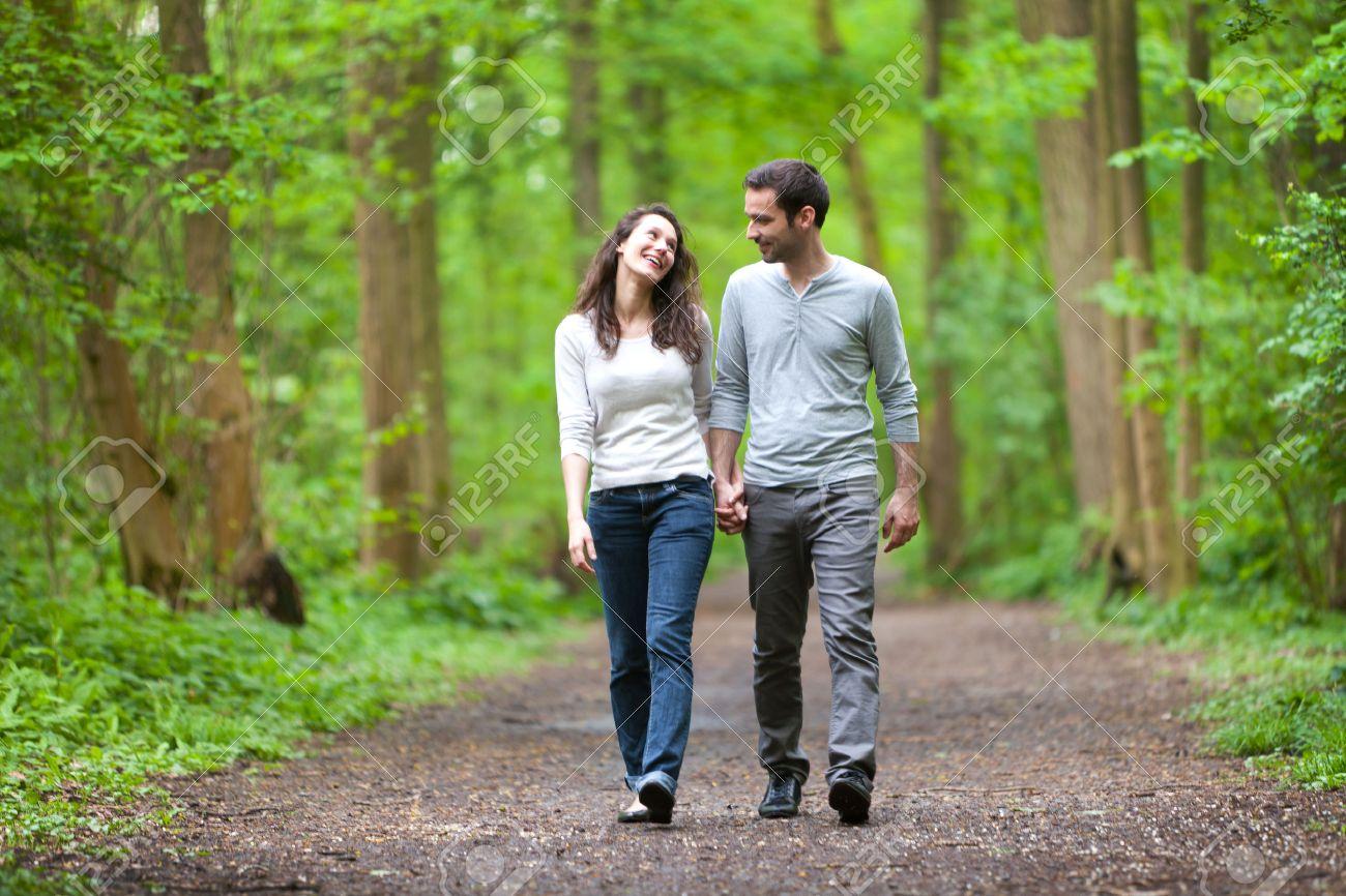 Le « bain de forêt » : une solution pour aider à prévenir la dépression 28098141-vue-d-un-jeune-couple-ayant-une-promenade-dans-une-for%C3%AAt