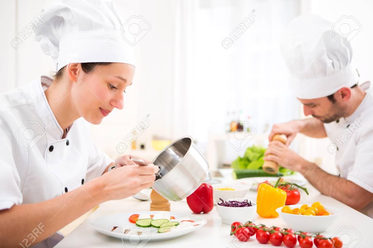 Chef Cocina | Vista De Una Atractiva Joven Chef Profesional Cocinar En Su Cocina