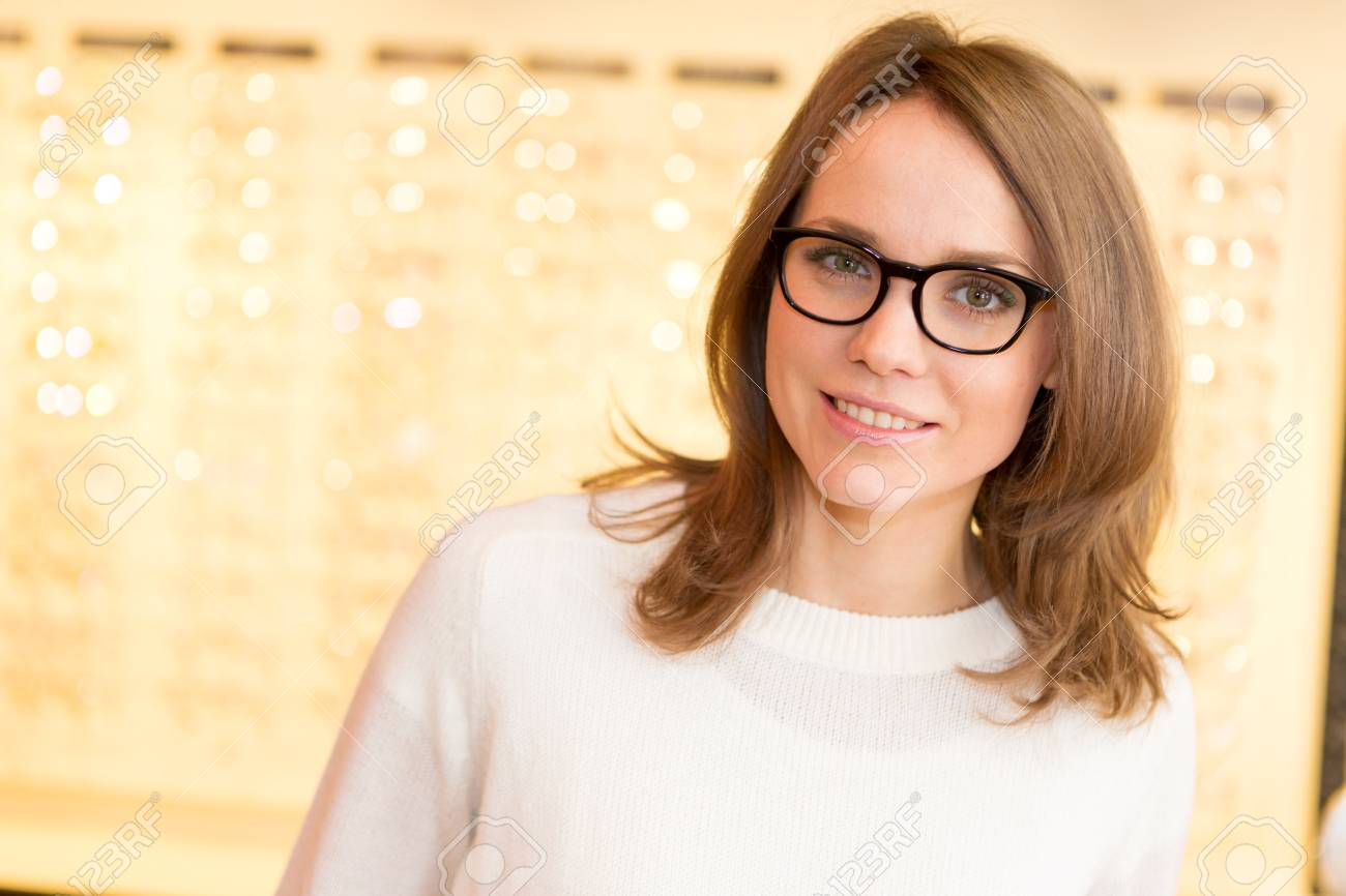 9915c97fce48b Banque d images - Vue d une jeune femme séduisante essayer des lunettes à  l opticien