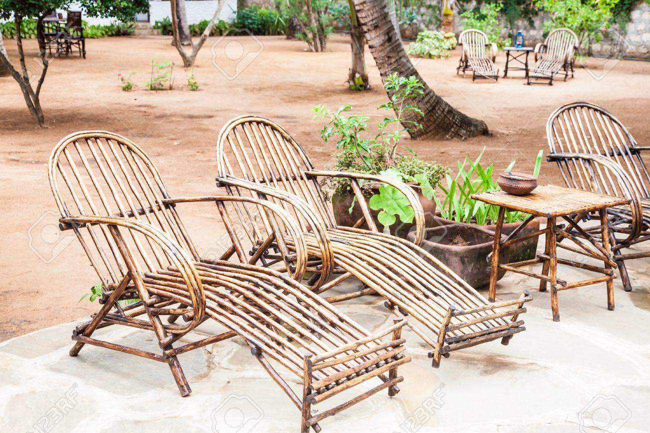 Elegantes Muebles De Madera En Un Jardín Africano, Kenia. Fotos ...
