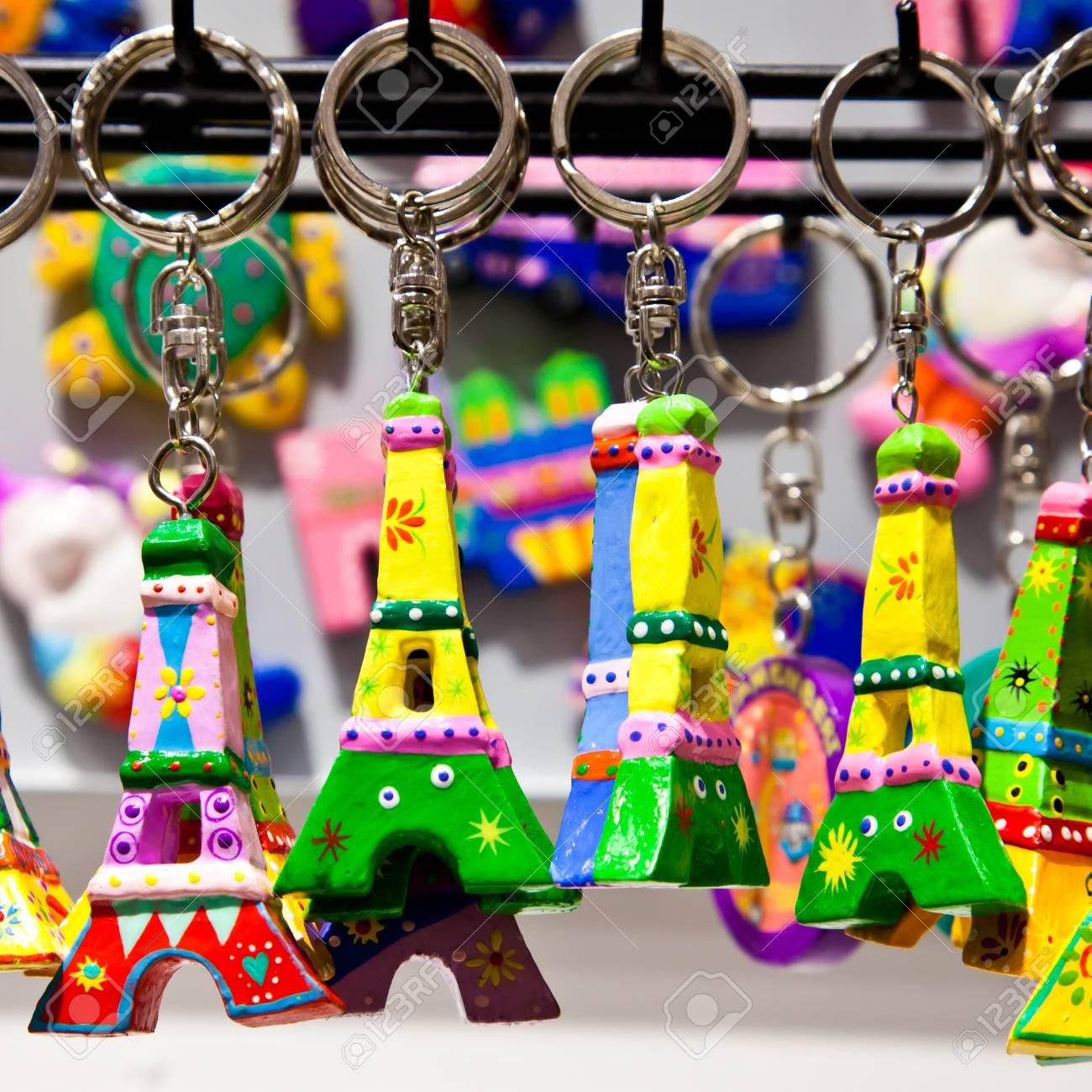 Archivio Fotografico - Il souvenir tipico è possibile trovare in ogni  singolo negozio di Parigi 6fd3a5b2100