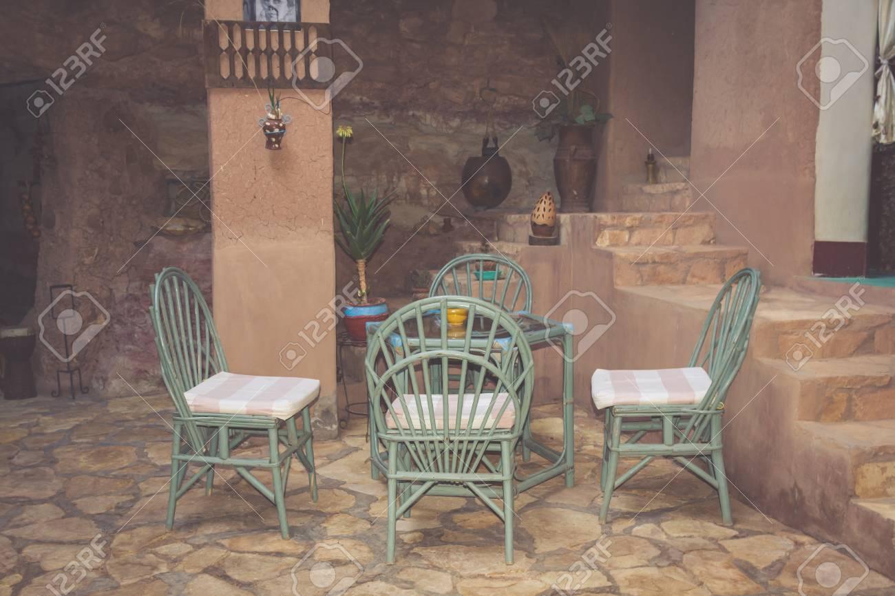 Vista De Una Terraza De Café Vacía Con Mesas Y Sillas En El Casco Antiguo De Marrakech Marruecos