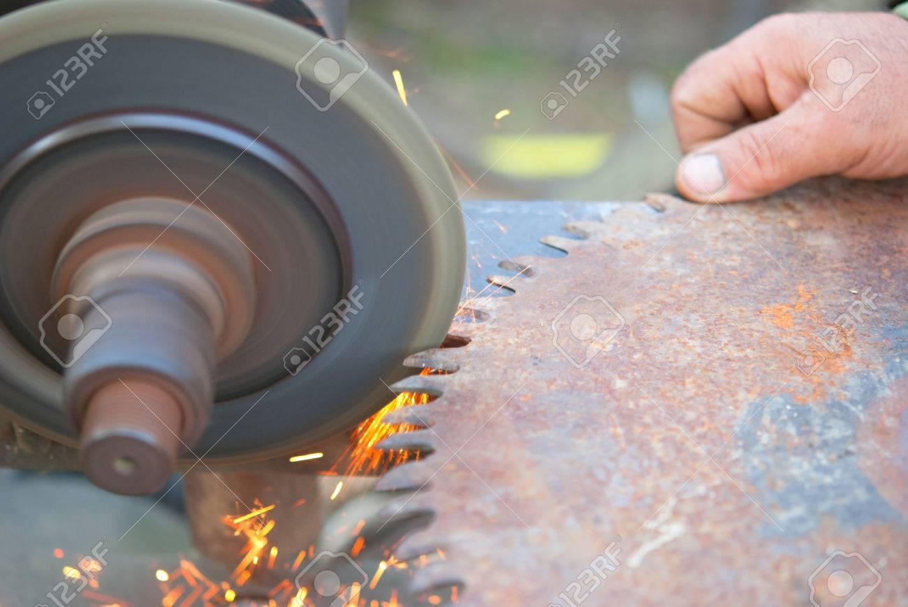 sharpening saw by abrasive disk machine - 59224081