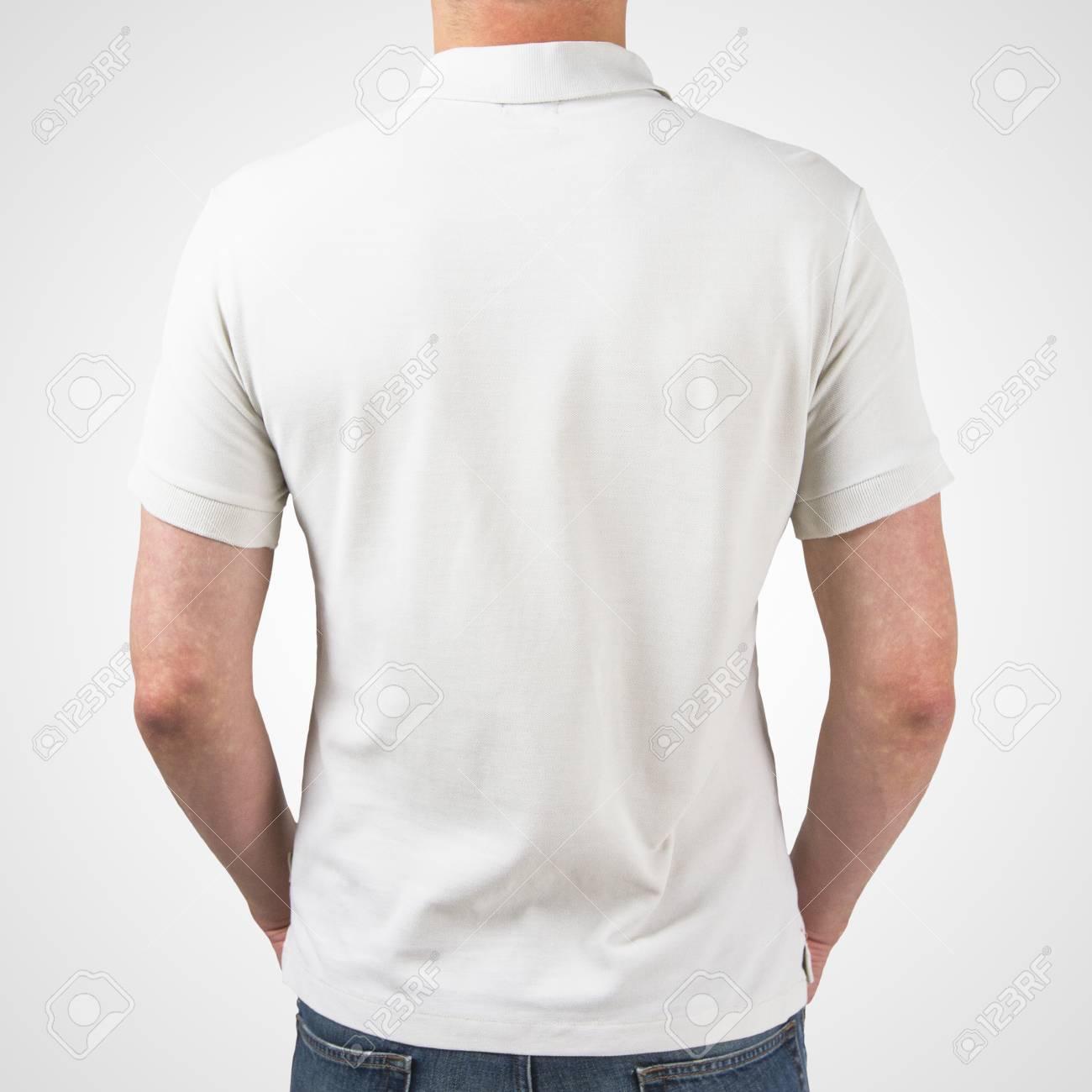 e3501b63a39db Chico de polo camiseta blanca de pie atrás Foto de archivo - 25743705