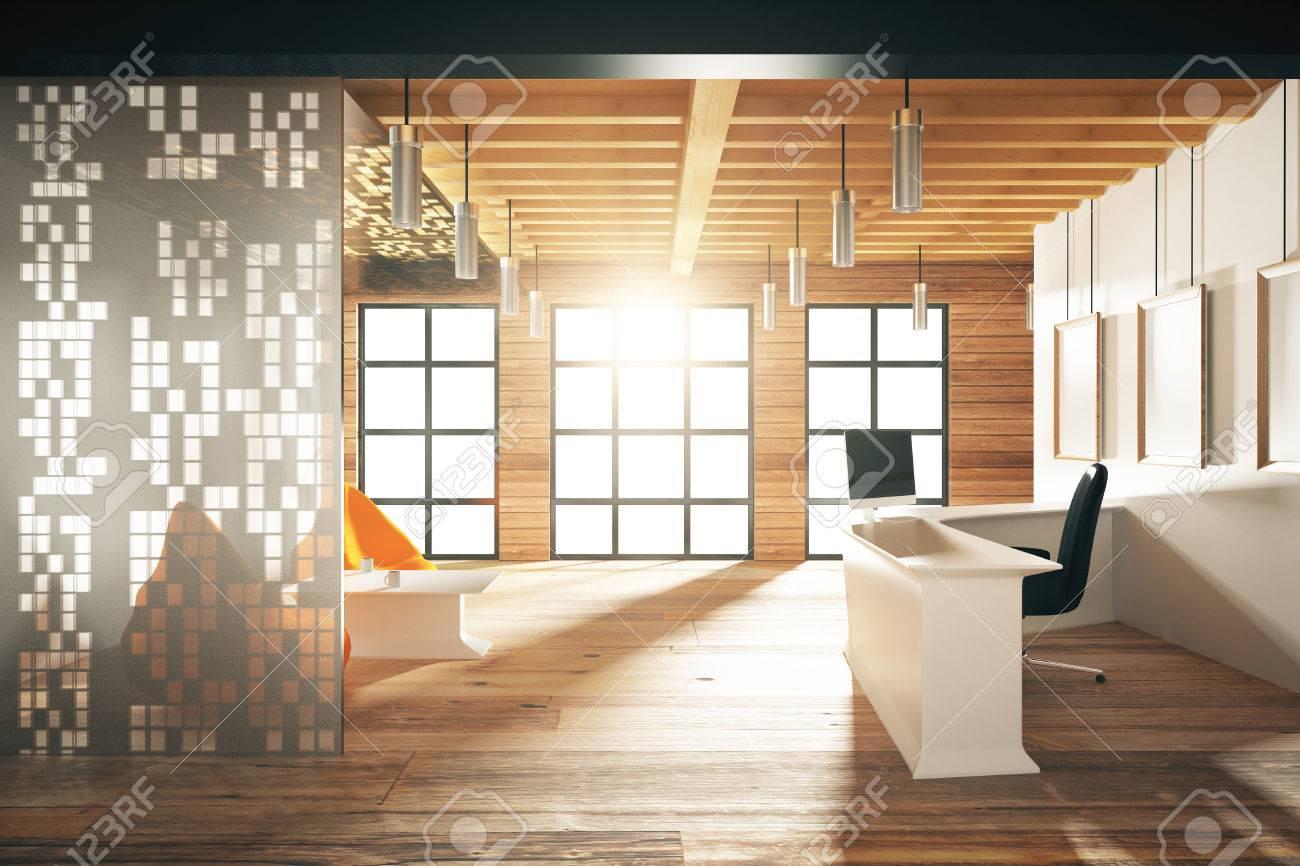 Vide bureau moderne avec des fenêtres dans le plancher et le
