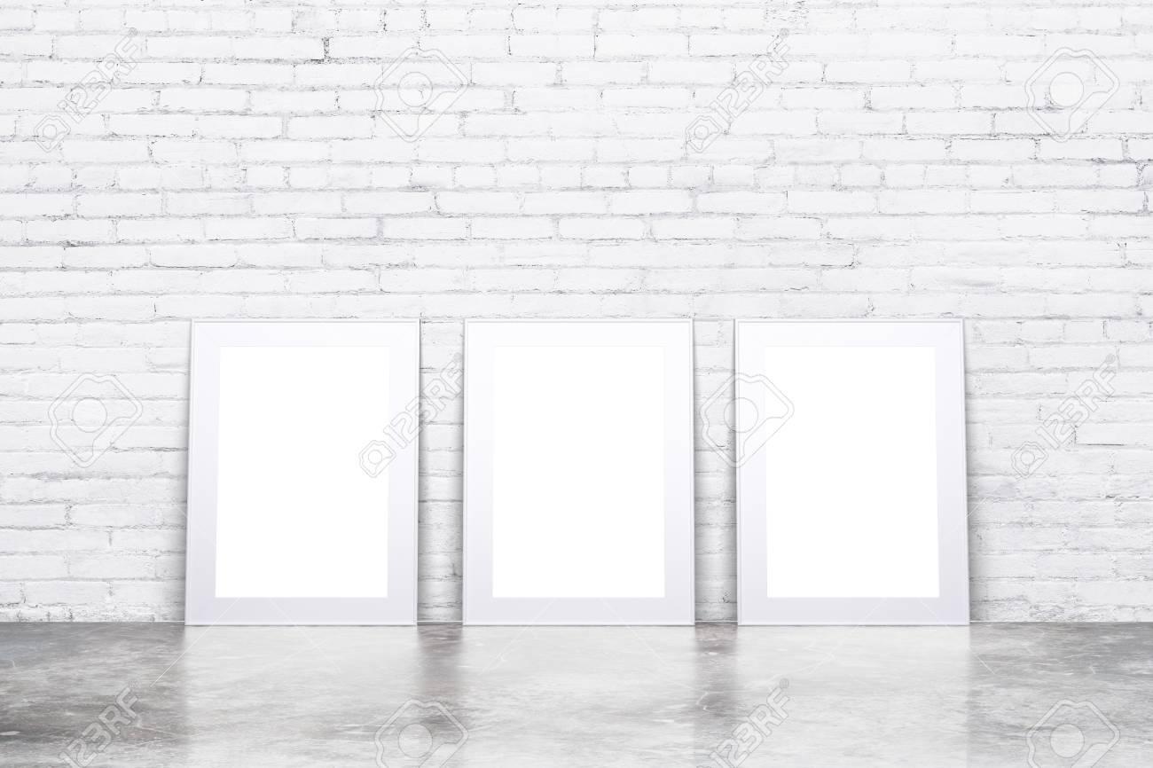 Marcos Blancos En Blanco En El Piso De Concreto En La Habitación ...