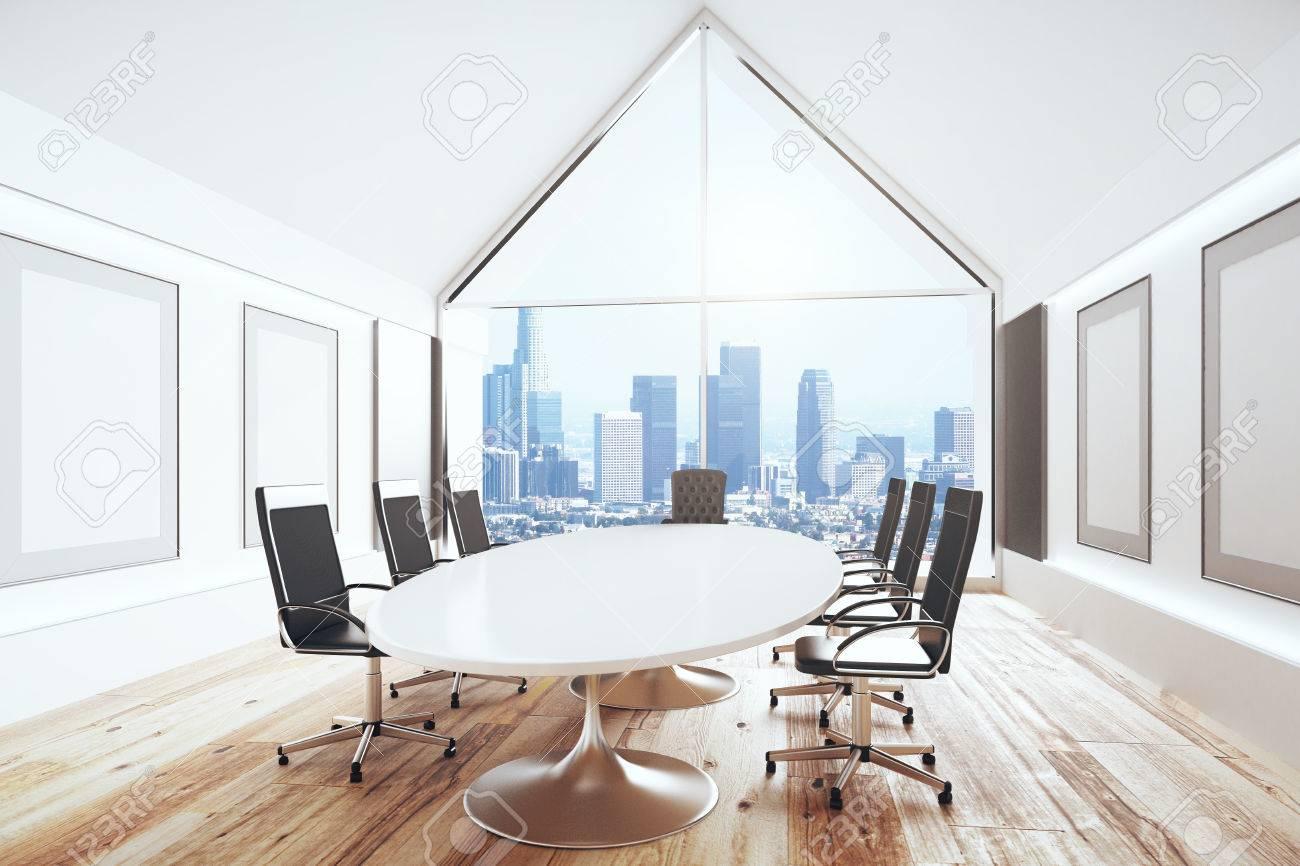 Salle de conférence de luxe avec un bureau et des chaises et une