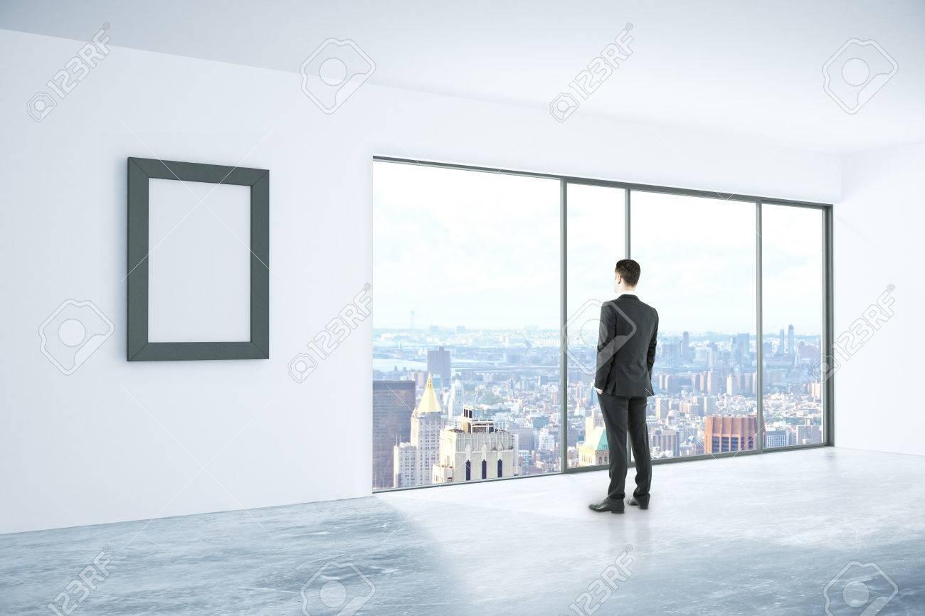 Geschäftsmann Aus Dem Fenster In Beton Innenraum Mit Leeren ...