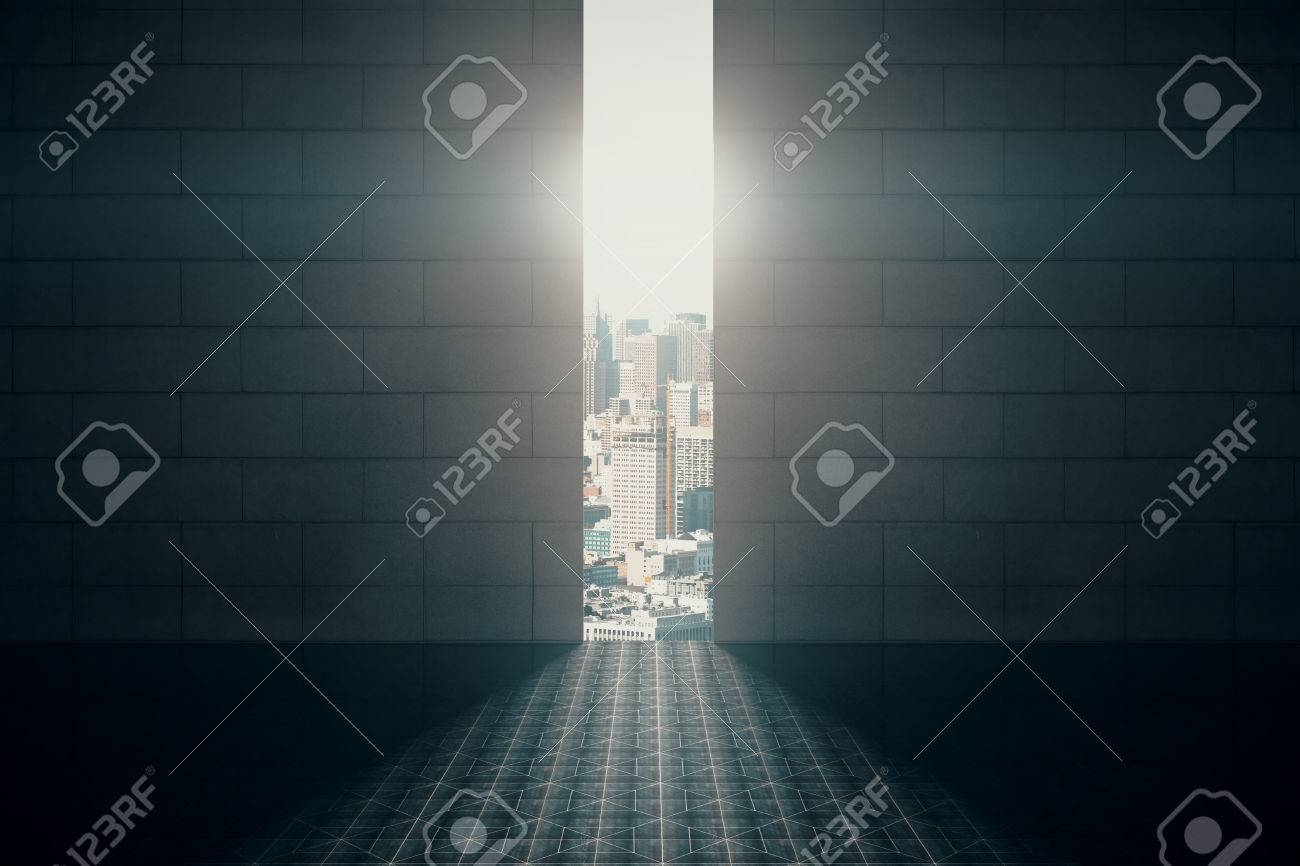 Apertura astratto in parete con luce diurna e vista sulla città di