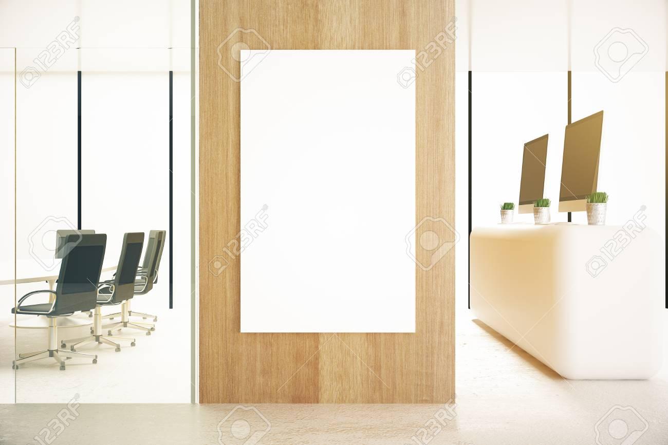 Ufficio Bianco E Legno : Interiore dell ufficio con poster bianco sulla parete in legno e