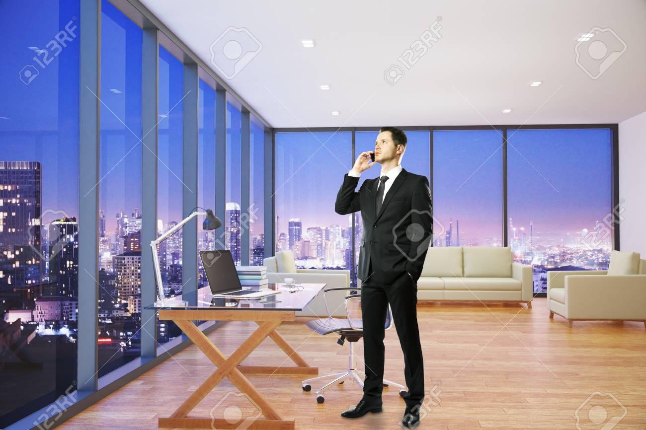 Jeune homme d affaires parler au téléphone dans l intérieur de