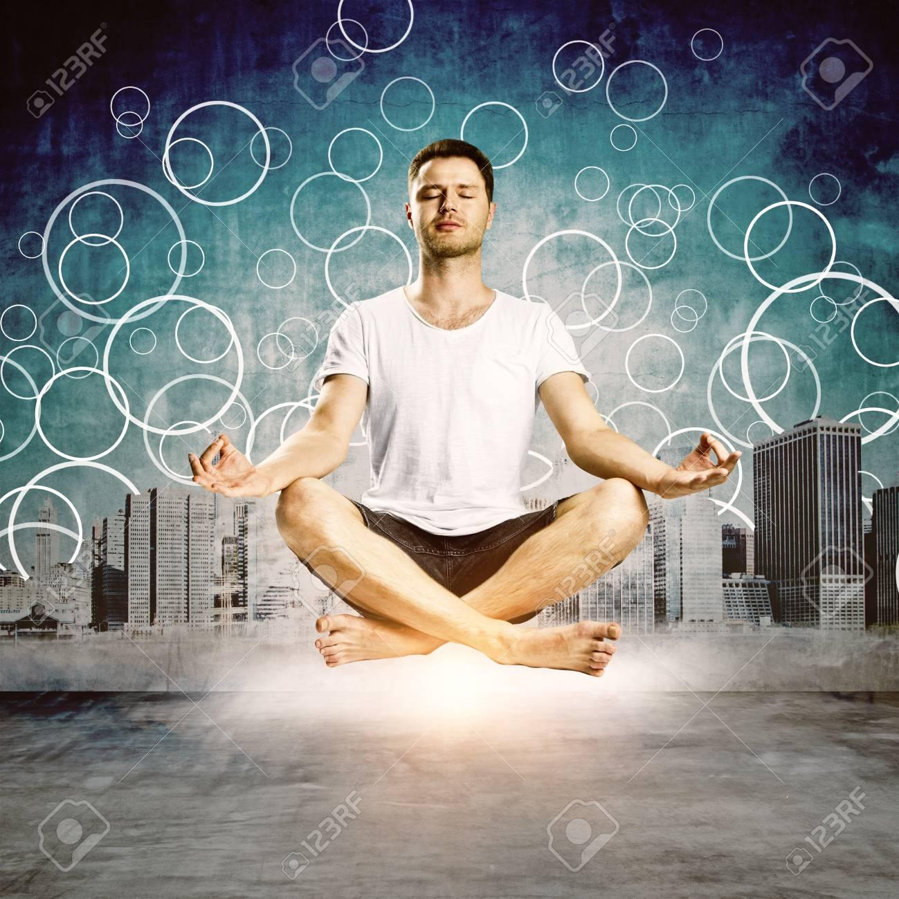 Immagini Stock Meditando Giovane Uomo Europeo Su Sfondo Astratto Citta Benessere E Concetto Di Salute Image 87294609